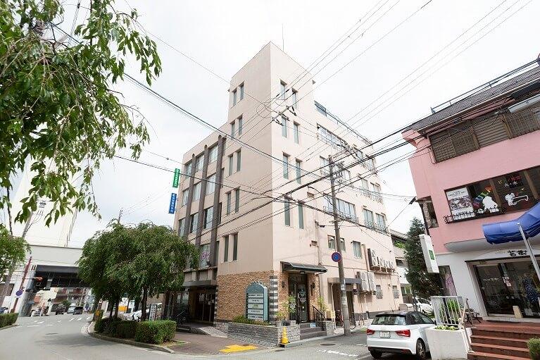 阪急今津線「宝塚南口」駅(宝塚ホテル側)より徒歩すぐ