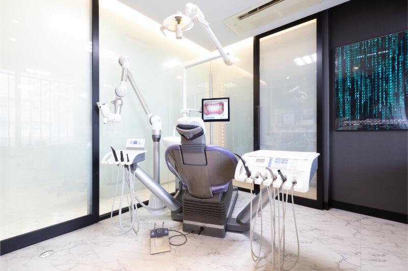 完全個室でインプラント手術を行う宝塚の安福歯科医院
